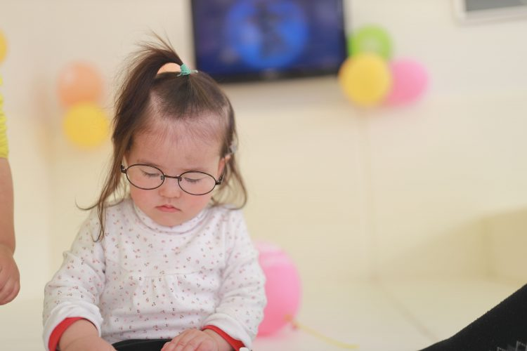 おもちゃ、知育玩具で遊ぶ0歳~1歳児の女の子