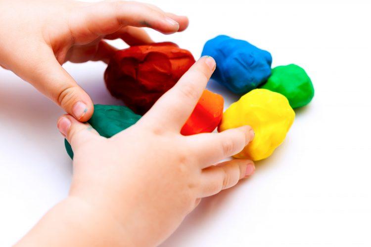 知育玩具で遊ぶ4歳、5歳、6歳児の手