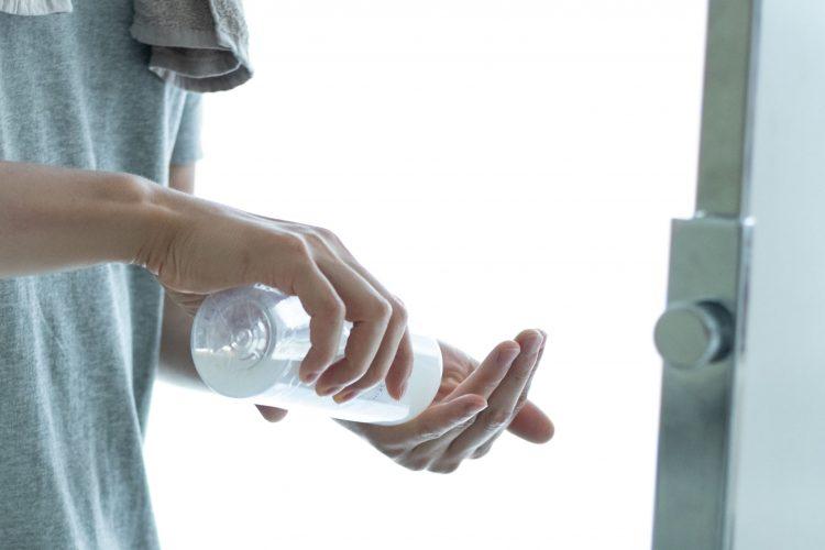 メンズ化粧水を手に載せる男性