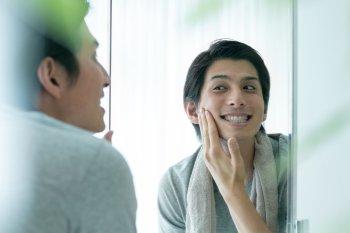 メンズ化粧水をつける男性