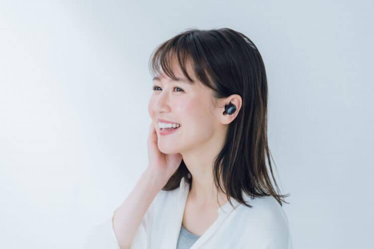 ワイヤレスイヤホンで音楽を聴く女性