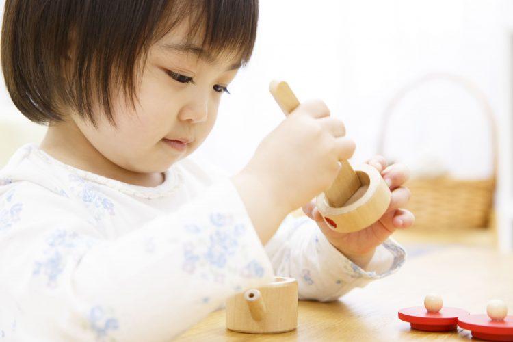 一人でおもちゃ、知育玩具で遊ぶ2歳、3歳の女の子