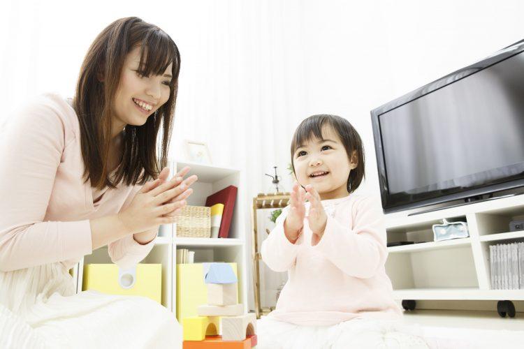 お母さんとおもちゃ、知育玩具で遊ぶ2歳、3歳児