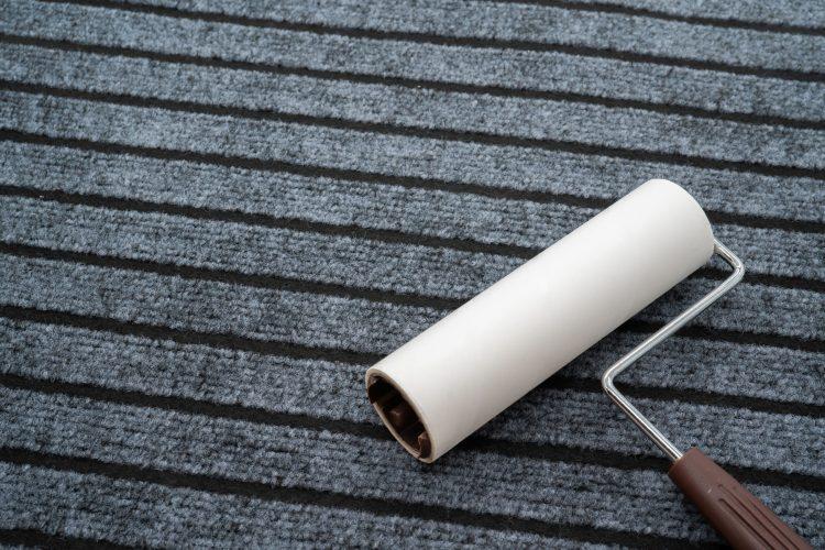 コロコロ粘着クリーナーでカーペットを掃除