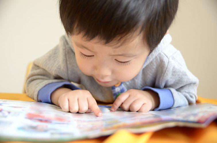 知育玩具で遊ぶ4歳、5歳、6歳児
