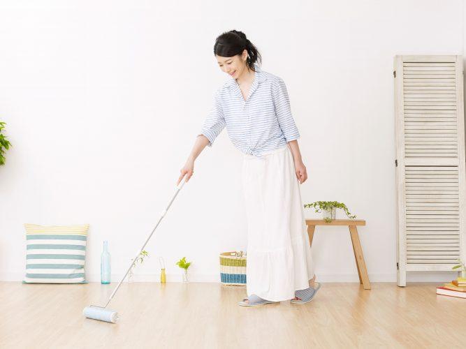 コロコロ粘着クリーナーで掃除をする女性