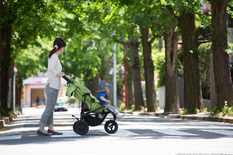 横断歩道を渡るベビーカーの親子