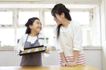 コンベクションオーブンで料理を楽しむ親子