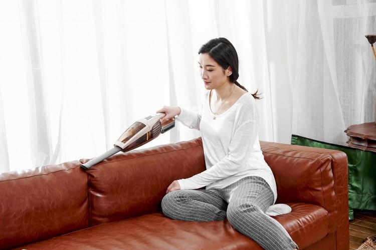 ハンディクリーナーで掃除をする女性