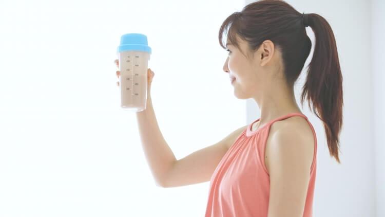 ソイプロテインを飲む女性