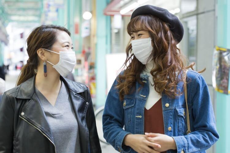 マスクをつけて話す女性