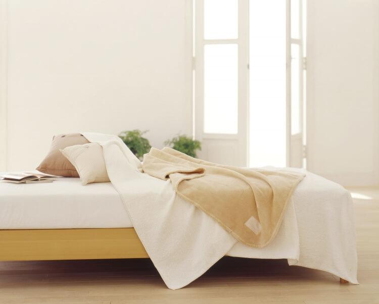 ベッドの上に置かれた電気毛布