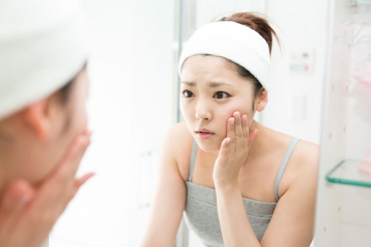 肌トラブルに悩む女性