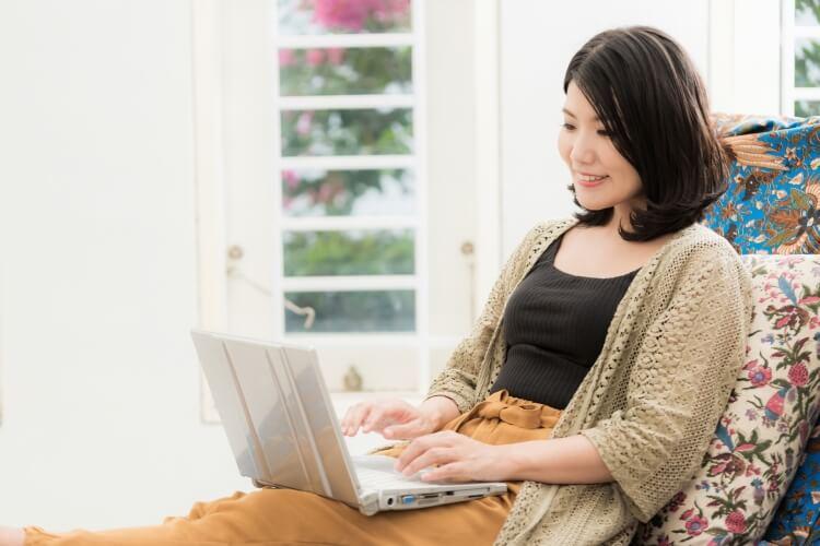 冷凍食費をネットで選ぶ女性