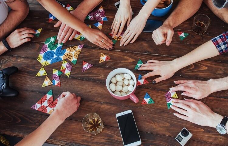 みんなでカードゲームを楽しむ