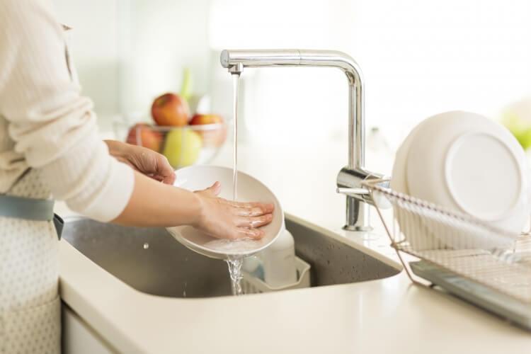 食器を洗うお母さん