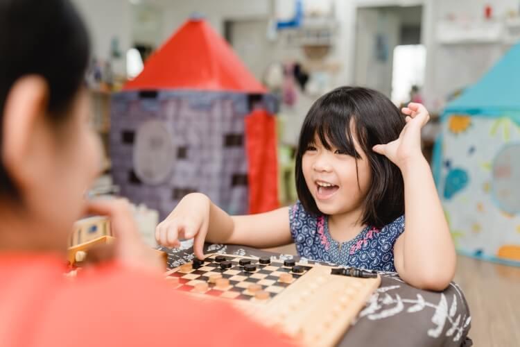 親子でボードゲームで遊ぶ