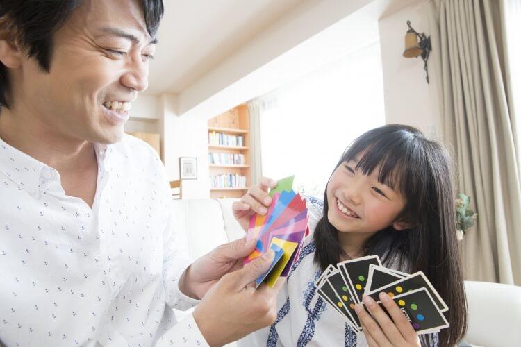 カードゲームで遊ぶ親子