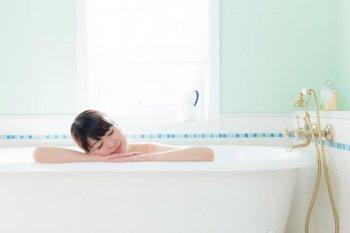 風呂でリラックスする女性