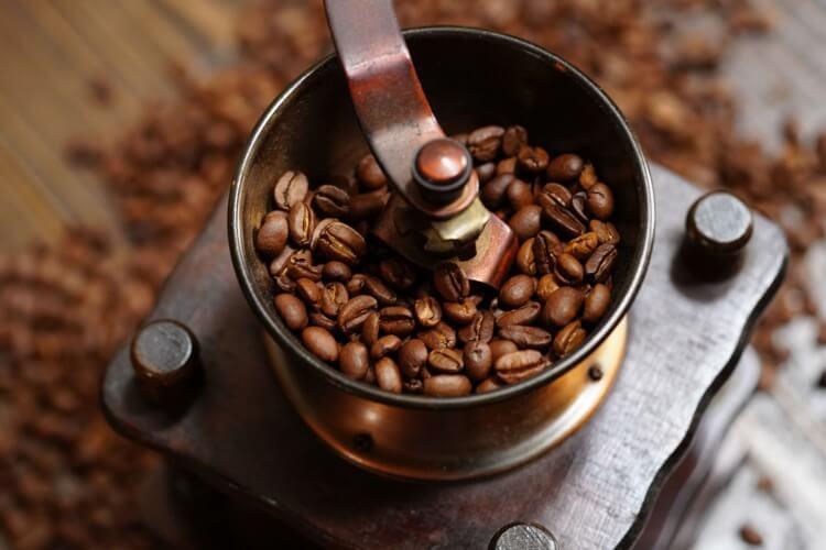 コーヒー豆を挽く様子