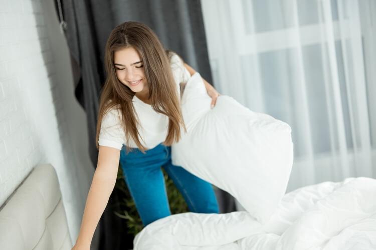 枕を替える女性