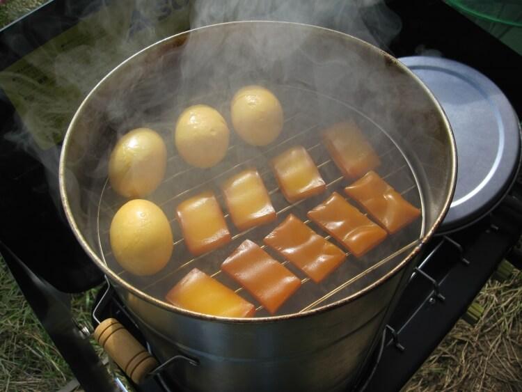 家庭用燻製器で燻製をつくる様子