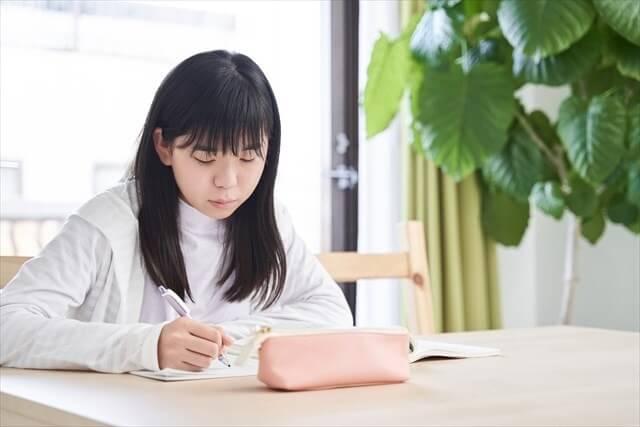 机に向かう小学生