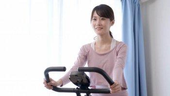 フィットネスバイクでダイエットをする女性