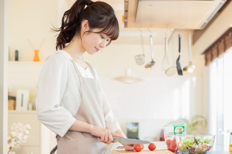 楽し気に料理する女性