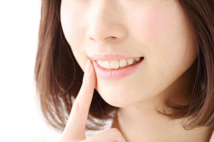 歯磨きした後の女性の歯