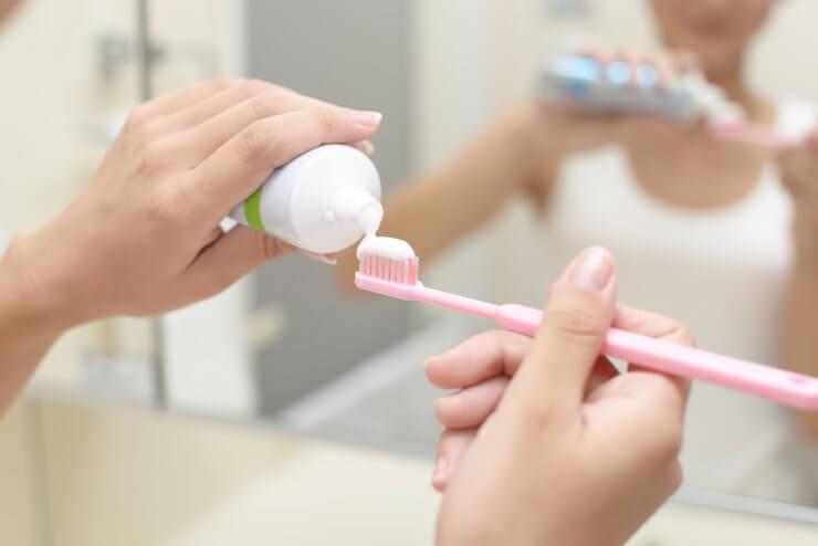 歯ブラシに歯磨き粉を付けている