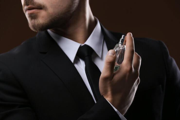 香水を付ける男性ビジネスマン