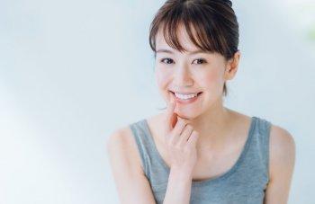 綺麗な白い歯の女性