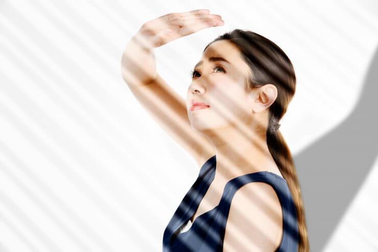 紫外線を浴びる女性のイメージ