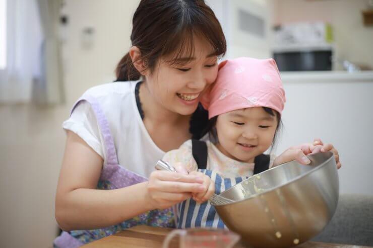ホットケーキを作る親子