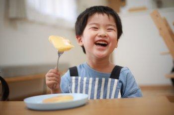 ホットケーキを食べて笑顔の男の子