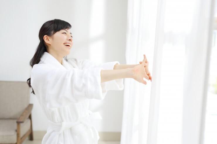 毎日のケアで健やかな朝を迎える女性