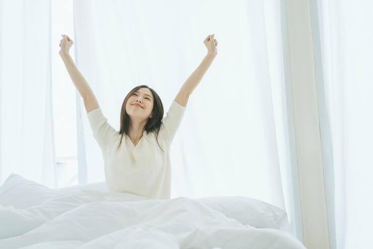 寝起きの女性のイメージ