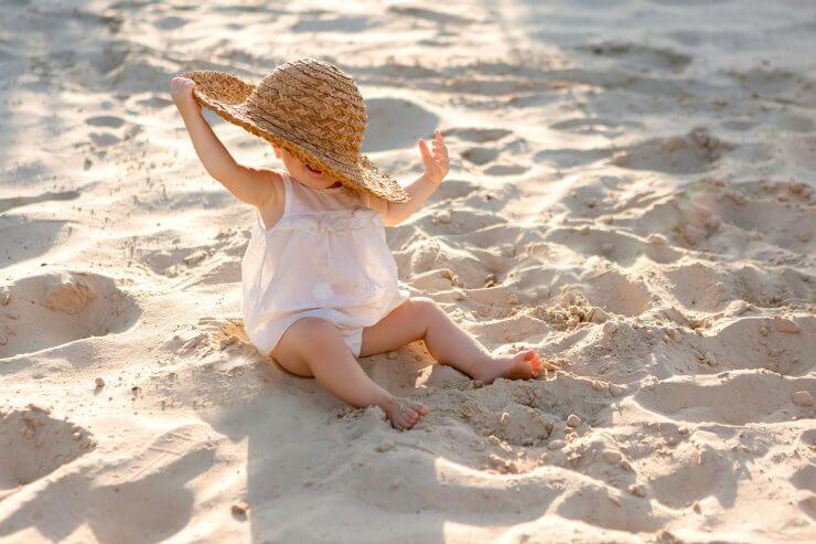 帽子で日差しを遮るイメージ