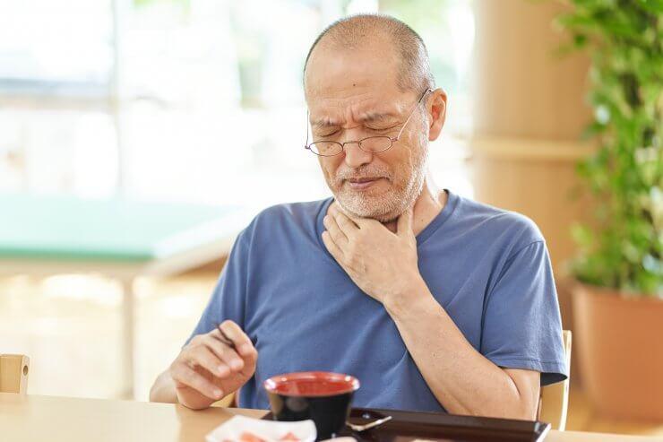嚥下障害を起こす高齢者
