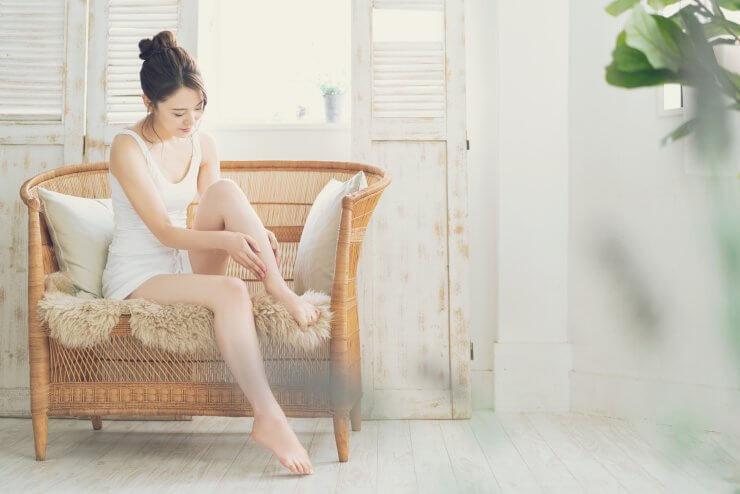 ムダ毛ケアする女性のイメージ