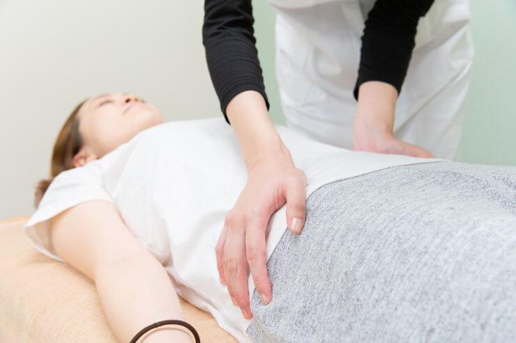 骨盤ケアをする産後ママのイメージ