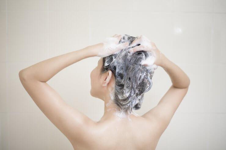 アミノ酸シャンプーを使う女性のイメージ