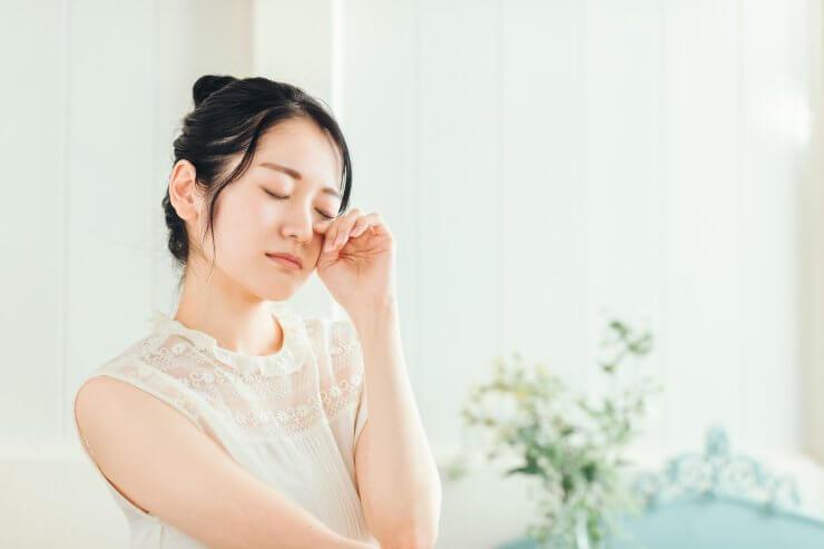 目がしょぼしょぼする女性のイメージ